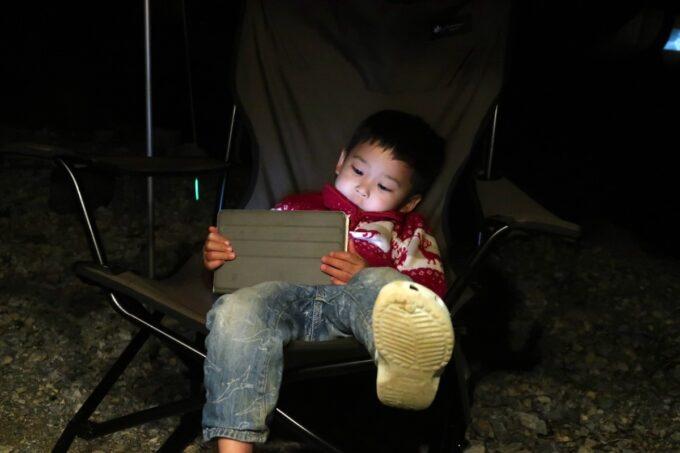 沖縄・本部町「KARST CAMP SITE(カルストキャンプサイト)」雨なのでお子サマーはタブレット視聴