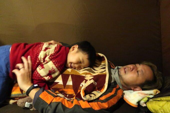 沖縄・本部町「KARST CAMP SITE(カルストキャンプサイト)」オガワのコットで寝るご主人サマーと、群がるお子サマー