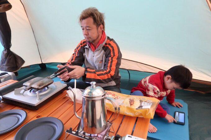 沖縄・本部町「KARST CAMP SITE(カルストキャンプサイト)」コールマン タフワイドドームⅣ300の中で朝ごはん