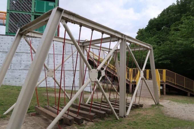愛媛県松山市「松山総合公園」の坊ちゃん夢ランドの吊り橋遊具