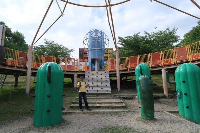 愛媛県松山市「松山総合公園」の坊ちゃん夢ランドの円盤型アスレチックは大きい割に遊ぶところが少ない