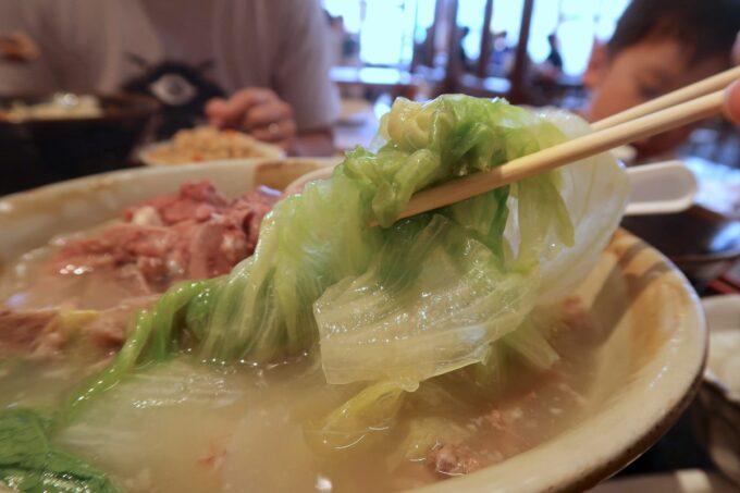 浦添「宮良そば」ほね汁定食(700円)には野菜がたっぷり入ってい