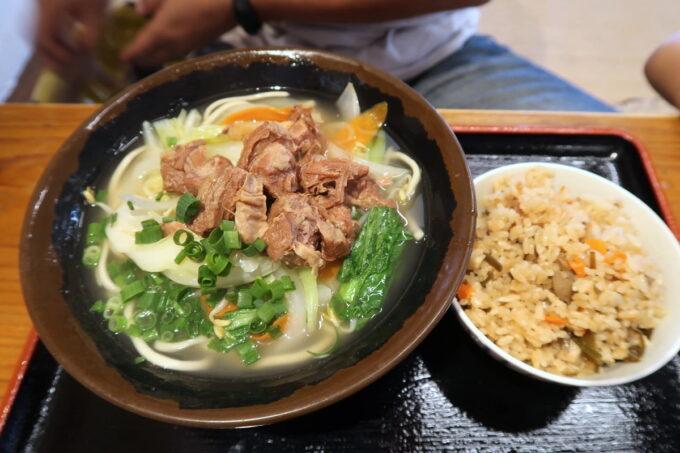 浦添「宮良そば」旨肉野菜そば(中、670円)とじゅーしー(100円)
