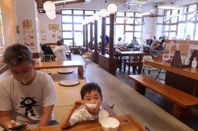 浦添「宮良そば」の店内はテーブル席・小上がり席があった