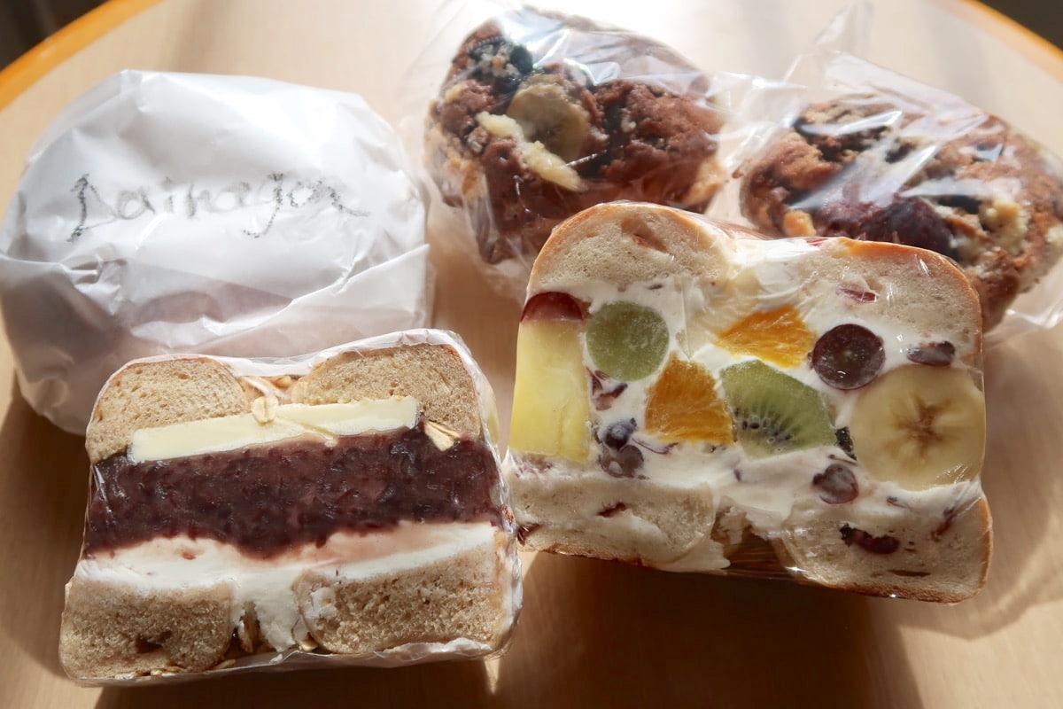 愛媛県松山市「ネイビーベーグルズ(NAVY BAGELS)」で購入してきたベーグルとカップケーキ
