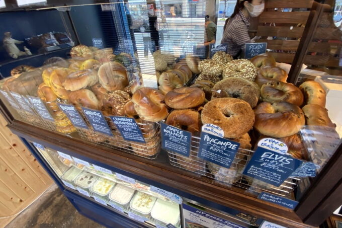 愛媛県松山市「ネイビーベーグルズ(NAVY BAGELS)」のベーグルはそのまま購入もよし、サンドイッチもよし。