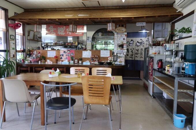 中城村「麺家にらい」の店内(テーブル席とカウンター席)