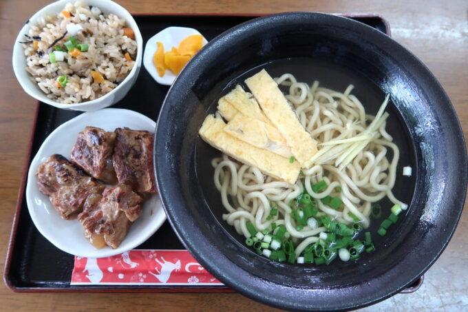 中城村「麺家にらい」なんこつソーキそば(並、600円)のじゅーしーセット(+100円)