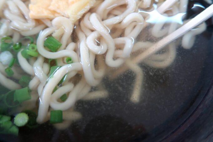 中城村「麺家にらい」なんこつソーキそば(並、600円)のクリアなスープ