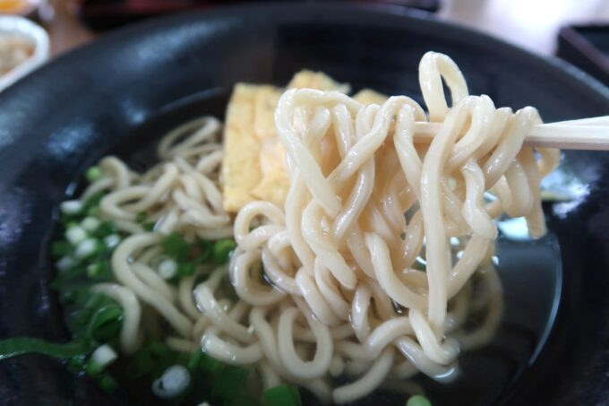 中城村「麺家にらい」なんこつソーキそば(並、600円)のプリプリ食感の太い麺
