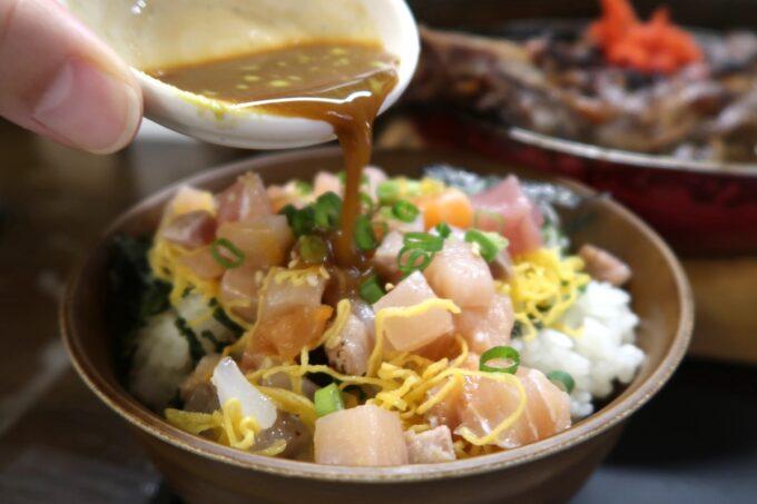 那覇市「漁師食堂 大ばんぶる舞 久茂地店」日替わり定食の漁師丼には幻の海鮮丼タレをかけていただく