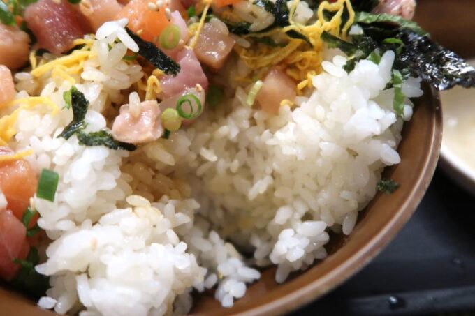 那覇市「漁師食堂 大ばんぶる舞 久茂地店」日替わり定食の漁師丼の米の量が半端ない