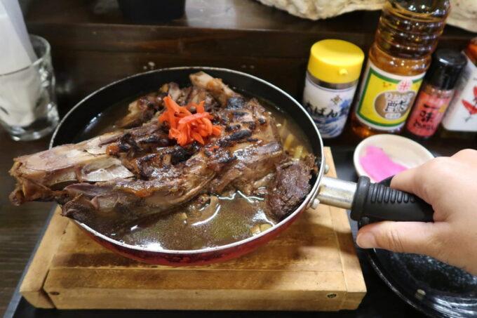那覇市「漁師食堂 大ばんぶる舞 久茂地店」日替わり(本日のみそ煮)は小さめのフライパンにドーンと入ってきた