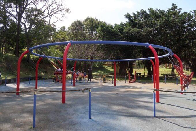 沖縄市「八重島公園」南側エリアにあるブランコなど