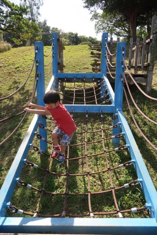 沖縄市「八重島公園」南側エリアのロープアスレチックで遊ぶお子サマー