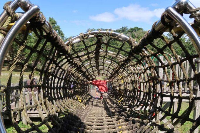 沖縄市「八重島公園」南側エリアのロープトンネルで遊ぶお子サマー