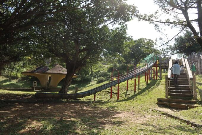 沖縄市「八重島公園」南側エリアで使用禁止の滑り台
