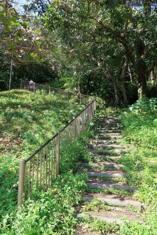 沖縄市「八重島公園」ピクニック広場に向かう階段