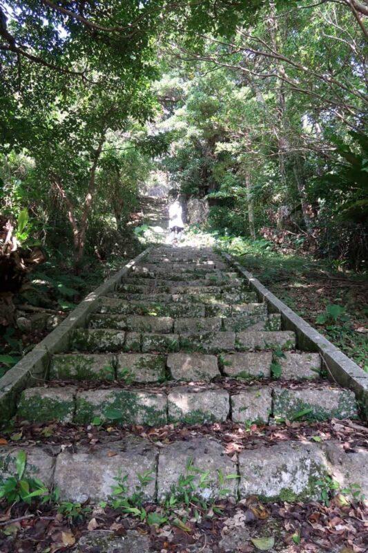 沖縄市「八重島公園」ピクニック広場から展望台に向かう階段