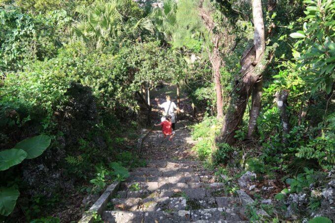 沖縄市「八重島公園」展望台から北側エリアに降りる階段