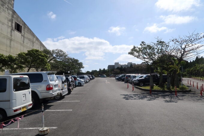沖縄市「八重島公園」沖縄市民会館の駐車場を利用できる