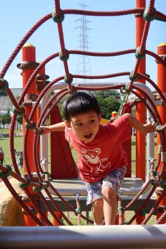 沖縄市「八重島公園」北側エリアのロープトンネルをくぐって楽しそうなお子サマー