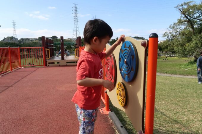 沖縄市「八重島公園」北側エリアのぐるぐるまわす遊具