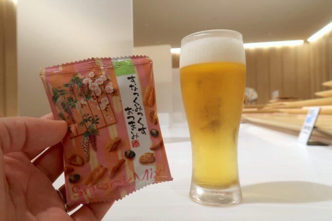 沖縄那覇空港の国内線ANAラウンジで、ビールとおつまみをいただく