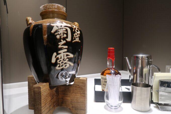沖縄那覇空港の国内線ANAラウンジの泡盛とウイスキー