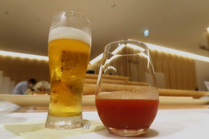 沖縄那覇空港の国内線ANAラウンジでビールとトマトジュースを持ってきた