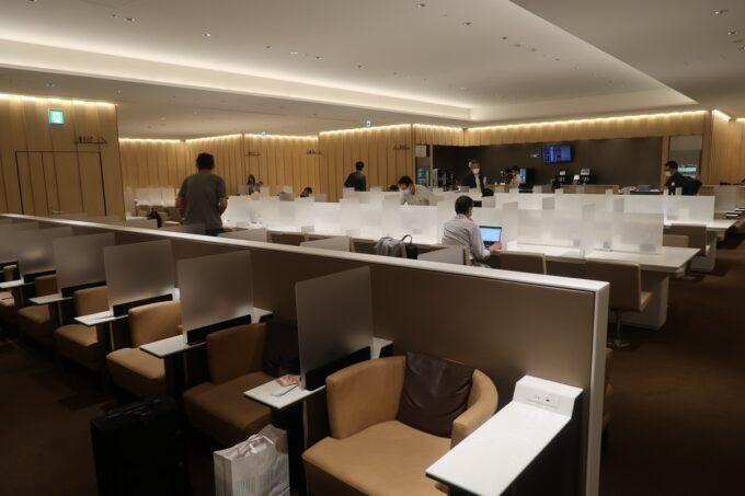 沖縄那覇空港の国内線ANAラウンジのベンチシートやソファー席