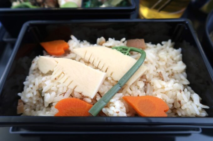ANA1884便(那覇空港→松山空港)のプレミアムクラスの機内食(筍と山菜のご飯)
