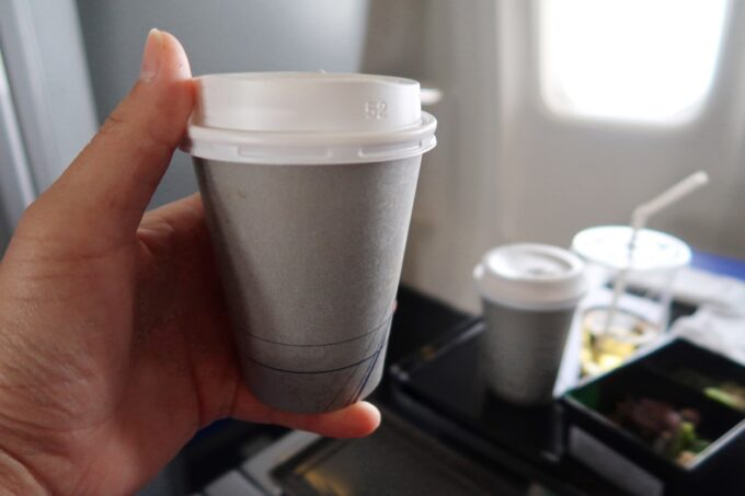 ANA1884便(那覇空港→松山空港)のプレミアムクラスの食後にいただいたホットコーヒー