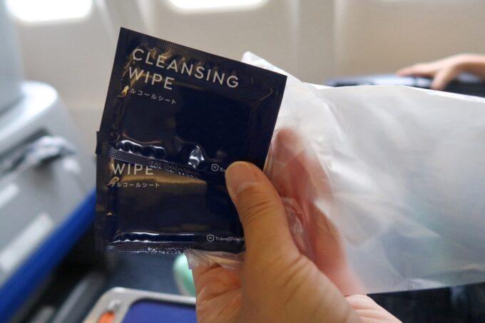 ANA1884便(那覇空港→松山空港)のプレミアムクラスに座るとすぐに手渡された除菌シート