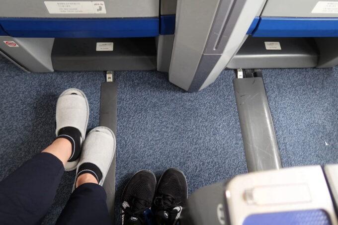 ANA1884便(那覇空港→松山空港)のプレミアムクラスの足元は空間に余裕があり快適