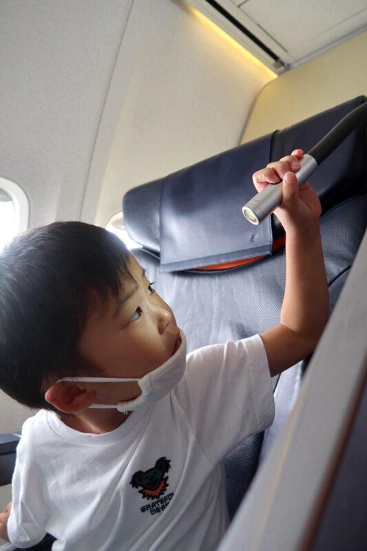 ANA1884便(那覇空港→松山空港)のプレミアムクラスのシートについているパーソナルライト