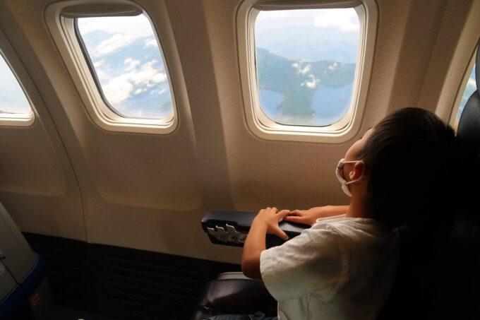 ANA1884便(那覇空港→松山空港)のプレミアムクラスの広い視界が楽しめる窓