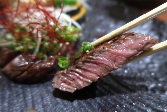 松山市「郷土料理 五志喜」伊予和牛の炙り(2100円)をはしあげ