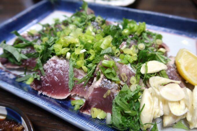 愛媛県松山市「居酒屋まつだ」スマガツオの塩タタキ(1/4サイズ、時価)