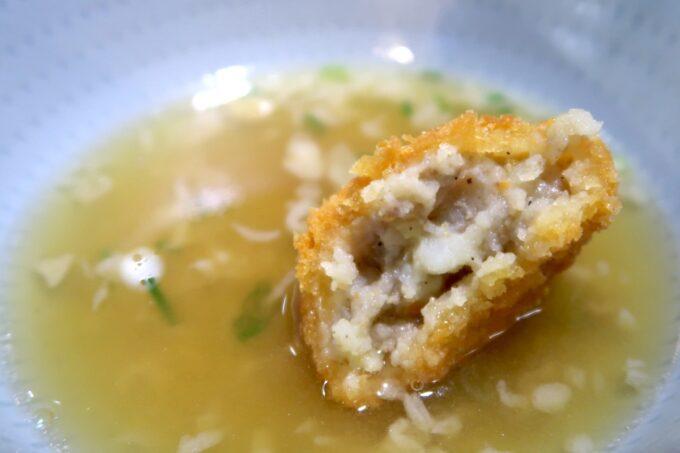 四国中央市「手打ちうどん 菜の家」肉うどんのスープにコロッケを投下