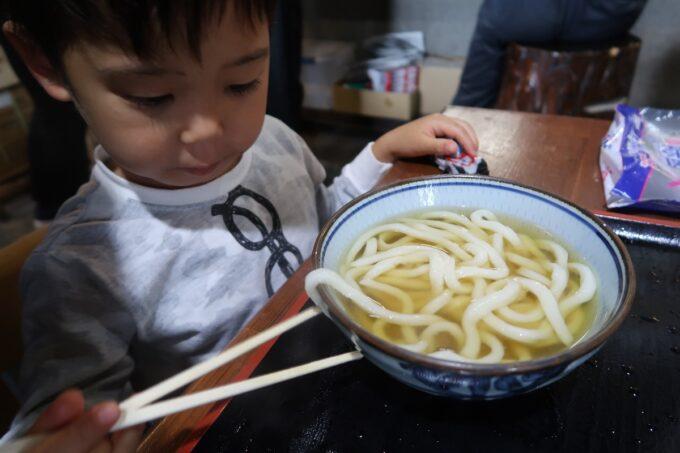 四国中央市「手打ちうどん 菜の家」かけうどん(230円)を食べるお子サマー