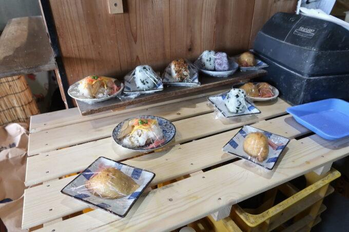 四国中央市「手打ちうどん 菜の家」のサイドメニュー(おにぎり類)