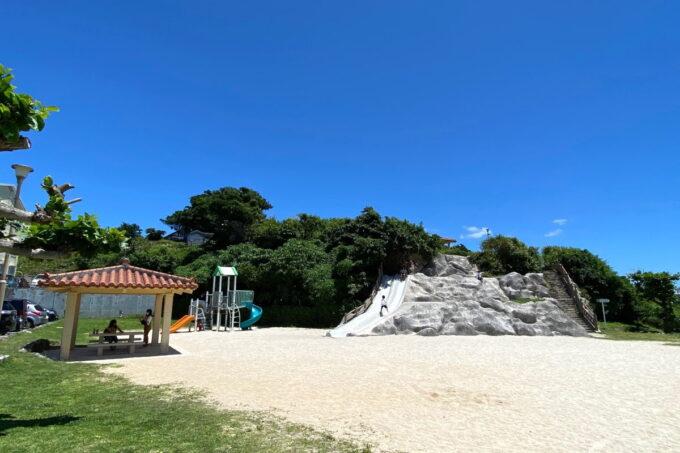 読谷村「渡具知ビーチ」にある公園遊具
