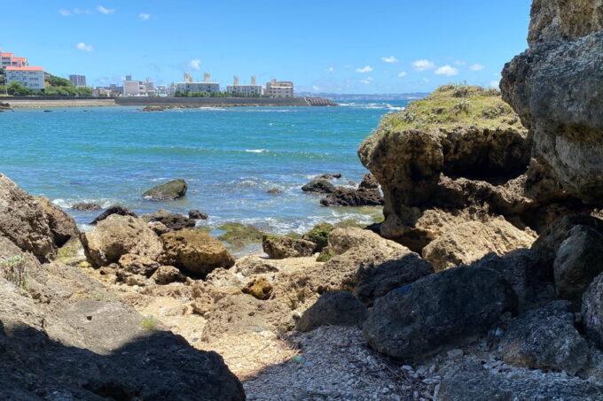 読谷村「渡具知ビーチ」の岩の先に広がる海