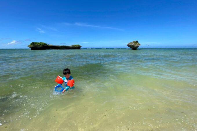 読谷村「渡具知ビーチ」は浅瀬の海岸で、子どもを遊ばせるのにちょうどよい