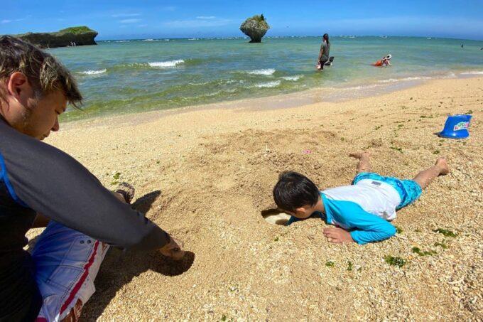 読谷村「渡具知ビーチ」砂浜で穴を掘って遊ぶお子サマー