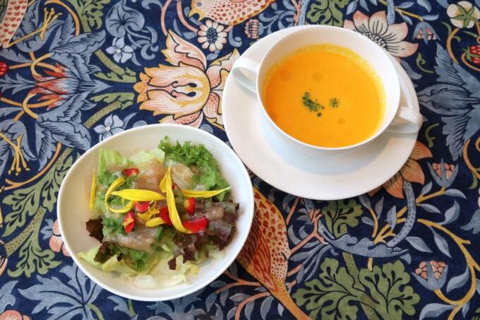 南城市「ガーデンレストラン花さんご」エディブルフラワーの乗ったサラダとスープ