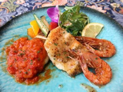 南城市「ガーデンレストラン花さんご」南城市産車海老2匹と白身魚のソテーは2種類のソースが楽しめる