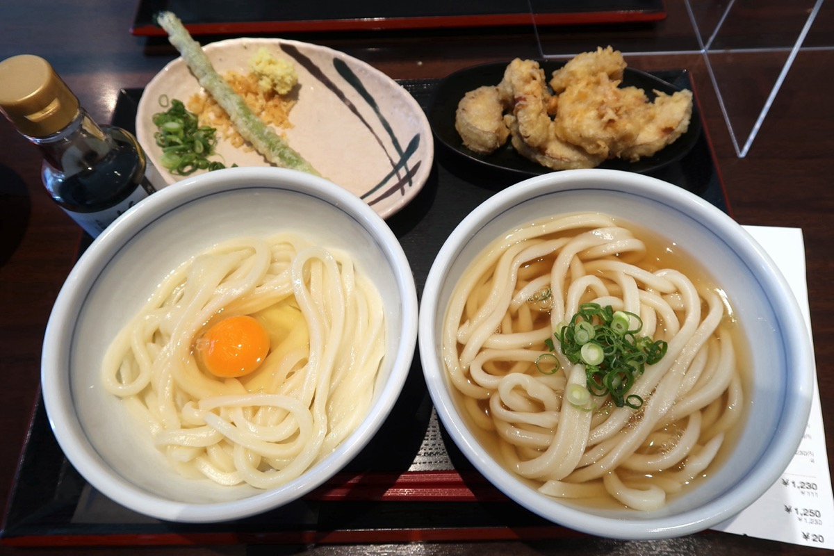 「はやし家製麺所 高松空港店」で購入した釜玉うどん(550円)とかけうどん(350円)、天ぷら2点