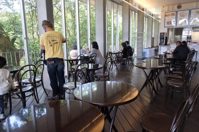 琴平町「神椿」カフェの外には緑が広がる